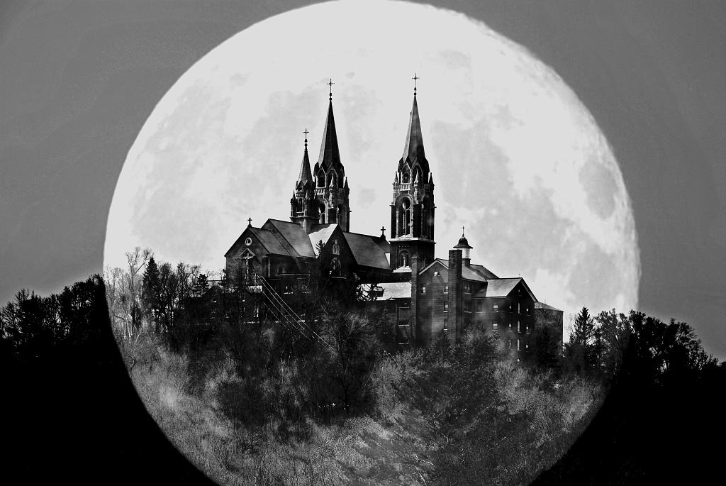 slides/DSC_2172_moon.jpg Holy Hill DSC_2172_moon