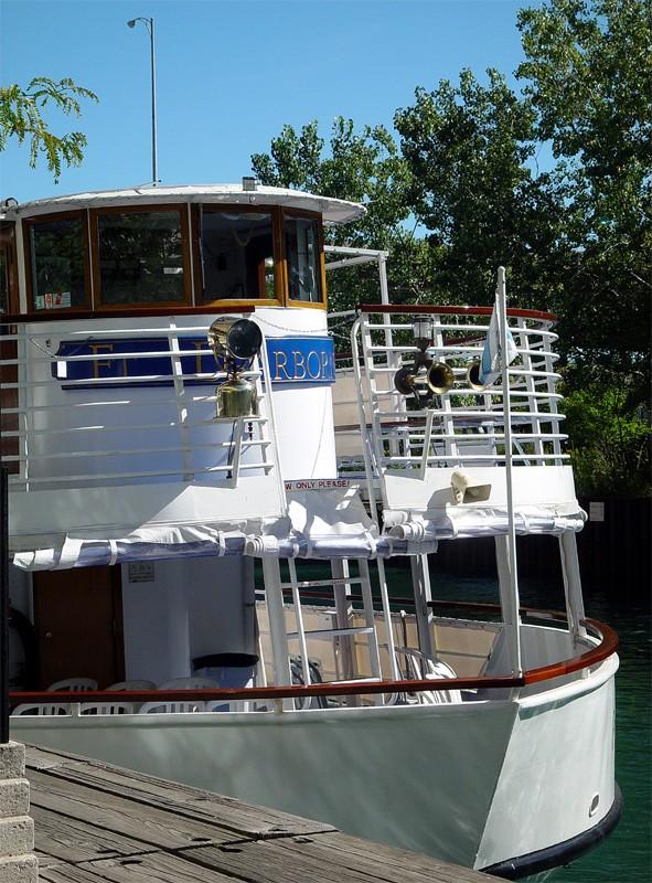 slides/tour_boat.jpg  tour_boat