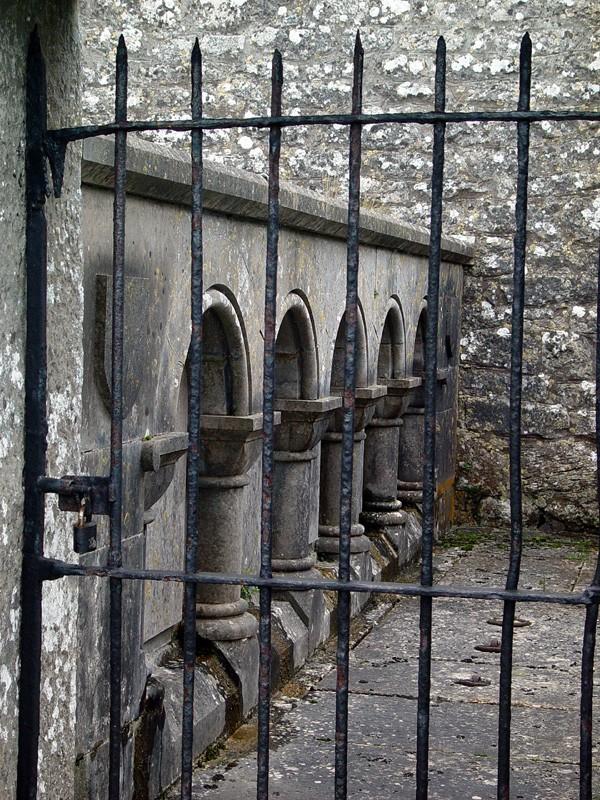 slides/clonmacnois-ruins17.jpg  clonmacnois-ruins17