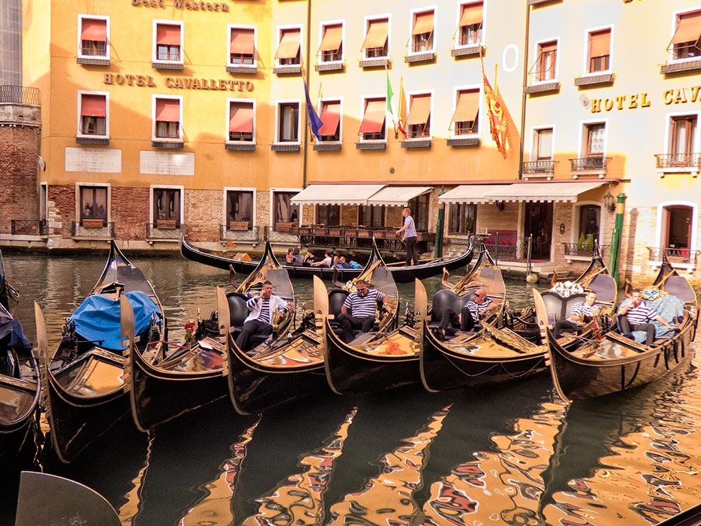 slides/gondolas-P1000845.jpg  gondolas-P1000845